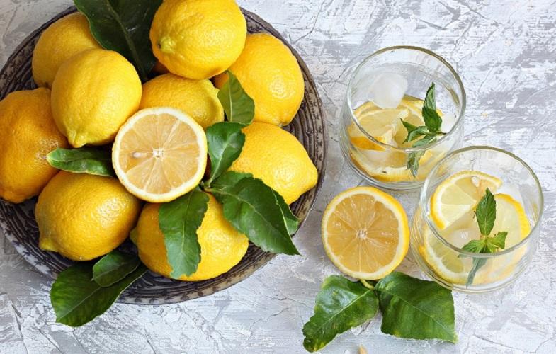 Лимонная вода из лимона